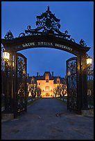 Входные ворота и Salve Regina университет в ночное время.  Ньюпорт, Род-Айленд…