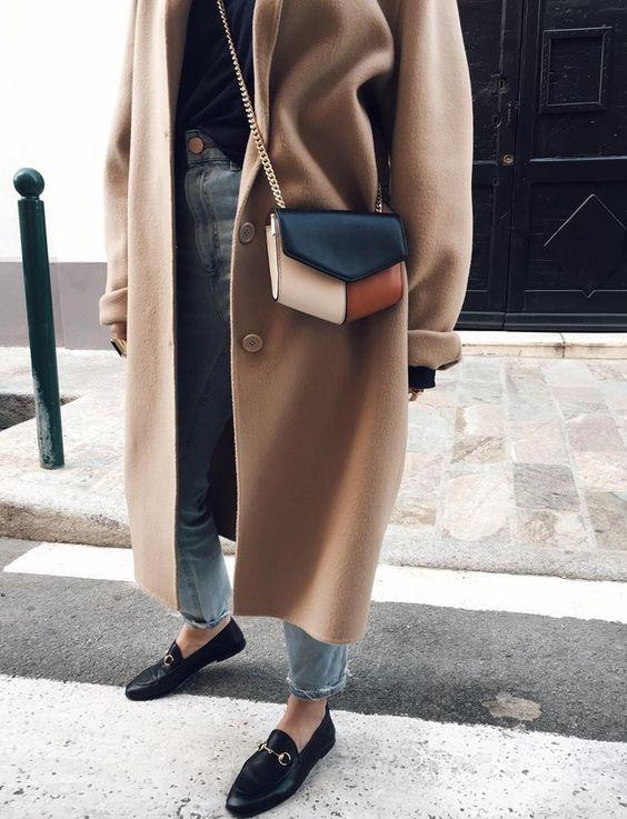 Cette saison, le mini sac se décline souvent en mode tricolore (sac Sandro - photo Emilie Tla):