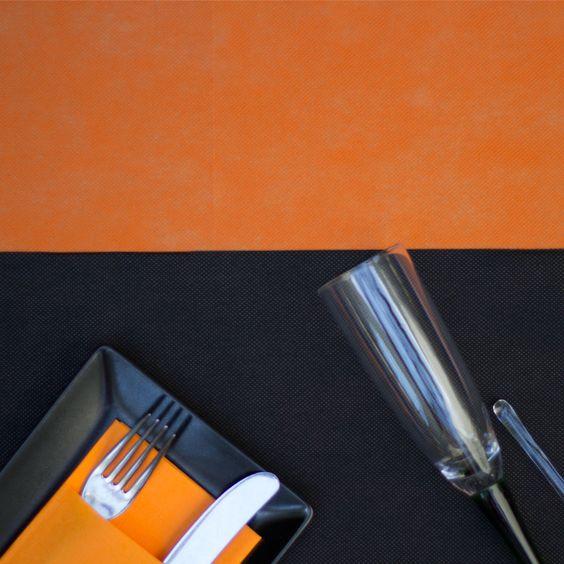 Combinacion de #mantel de #novotex en color #naranja con #caminodemesa en #negro…