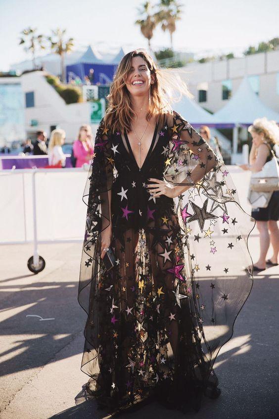 Look de festa de Camila Coutinho com vestido preto transparente com estrelas coloridas, ótimo para festas durante o dia