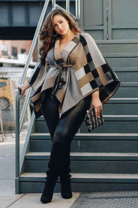 Mujer con una blusa asimética y diseño geométrico