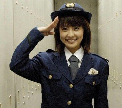警察衣装の小林麻耶