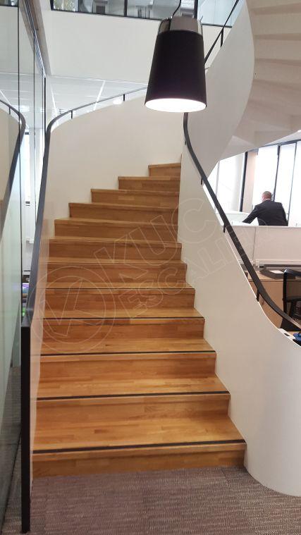 Escalier balancé en acier avec marche et contre-marche bois. Escalier norme ERP