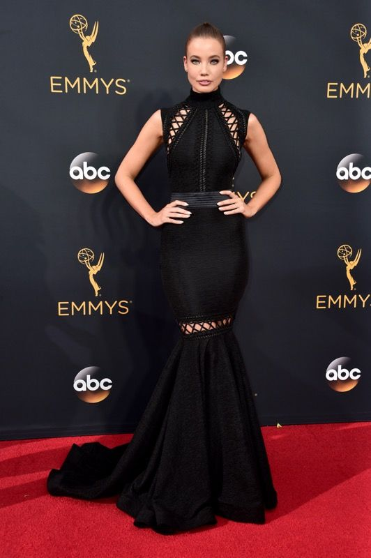 Stephanie Corneliussen no tapete vermelho do Emmy 2016:
