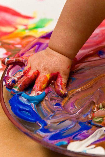 Arte infantil. Pintar con las manos directamente siempre es más divertido