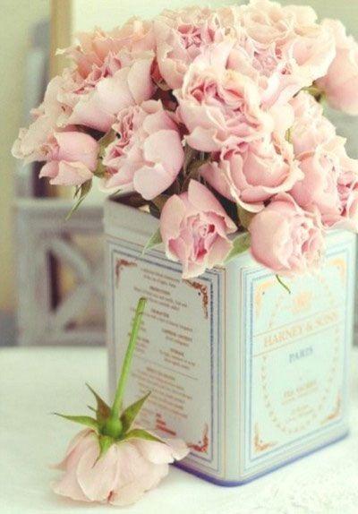 Boite de conserve pour présenter des petites roses. Ou des pivoines rose pâle. #fleur #fleurrose #pinkflower #fleurs #jardin #jardinage #rose