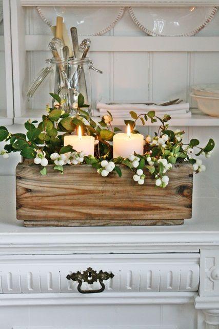 Boîte en bois rustique décorée avec des bougies et du houx: