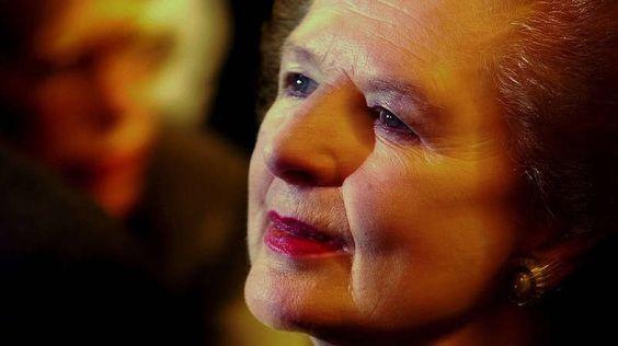 """.Mit gängigen Klischeebildern von Frauen an der Spitze räumt sie bereits 25 Jahre zuvor auf: Margaret Thatcher, die erste Premierministerin Europas, ist alles andere als sensibel oder durchsetzungsschwach. Die """"Eiserne Lady"""" regiert Großbritannien elf Jahre lang auf harte, strenge, unnachgiebige Weise. Margaret Thatcher ist jeglicher Kuschelkurs fremd: Von 1979 bis 1990 bekämpft sie den Wohlfahrtsstaat, kürzt Sozialleistungen, fördert die Marktwirtschaft und das Leistungsdenken - und als…"""