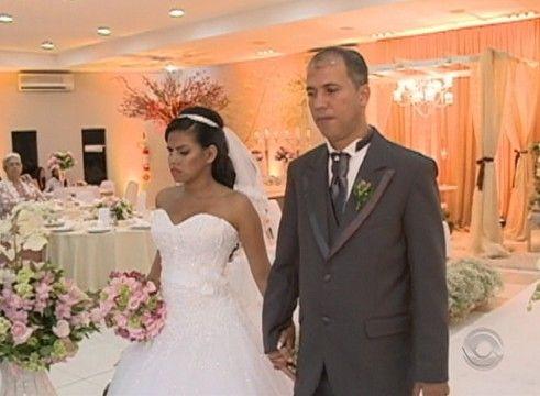 Noivos cegos se casam e convidados ouvem descrição de detalhes por fone Das flores à entrada da noiva, detalhes foram narrados por audiodescrição. 'Sentimos a mesma emoção de todo mundo', diz convidado em SC.