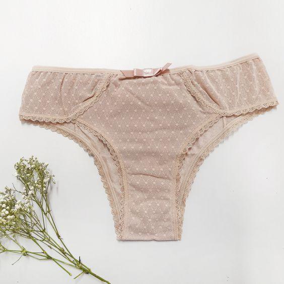 Básica e sofitsicada, essa calcinha une o básico ao estilo em uma peça maravilhosa. Feita toda em tule rendado, com detalhes em rendinhas, o tecido traz um charme a parte para a peça. #maternidade #mamaeanyany