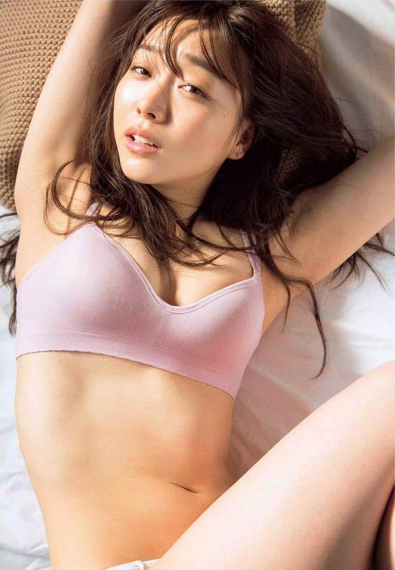 須田亜香里セクシーでかわいい表情でベット画像