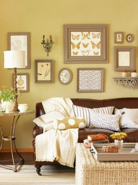 Sofá com parede amarela
