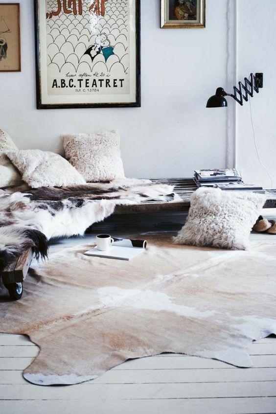 aménagement avec palettes, mur blanc, décoration murale, peinture murale, tapis en peau de vache