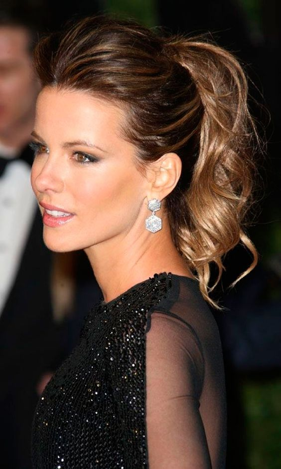 Kate Beckinsale usa penteado de rabo de cavalo messy: