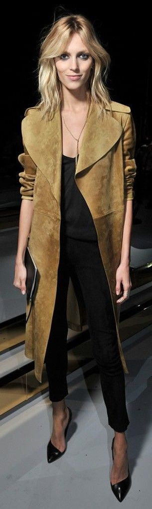 I love this suede coat & black pumps, great look
