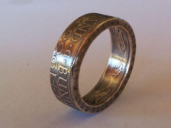 Transformando una simple moneda en un anillo. Hoy te presentamos una original técnica con la que es posible transformar una moneda en un original anillo.  No es de los bricos más fáciles, pero el resultado es espectacular. http://bricoblog.eu/transformar-en-un-anillo-una-moneda/ #Artesanias #Manualidades #Bisutería