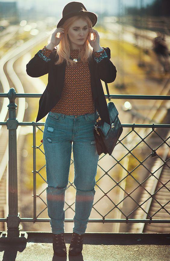 Christina Key trägt einen schicken Blazer und eine Mom Jeans mit schwarzen Wedges