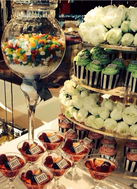 cupcakes / party / white roses