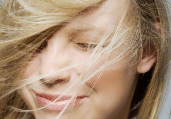 Sérum: o aliado que promete deixar seus cabelos livres de frizz e pontas duplas