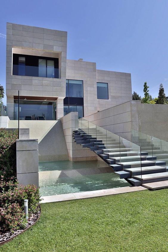 Esta casa es un modelo de la nueva arquitectura en Madrid. Se encuentra en una excelente ubicación y es más caro que la mayoría de los hogares en Madrid. También puede obtener dieciocho hoyos en el campo de golf que está justo al lado.