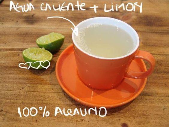 Desintoxica tu cuerpo, bebiendo agua caliente con limón.