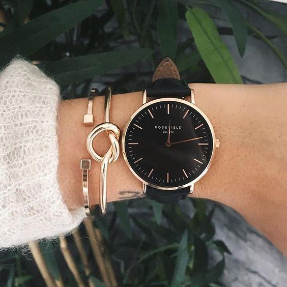 zwart horloge met gouden armbandjes, mooie combi