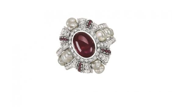 Bague Livadia rubis; Or Gris;Rubis cabochon central : 3,25 ct, 14 perles fines : 2,29 ct, 85 diamants : 1,47 ct, 20 rubis : 0,55ct; copyright Mellerio dits Meller; actualités bijoux