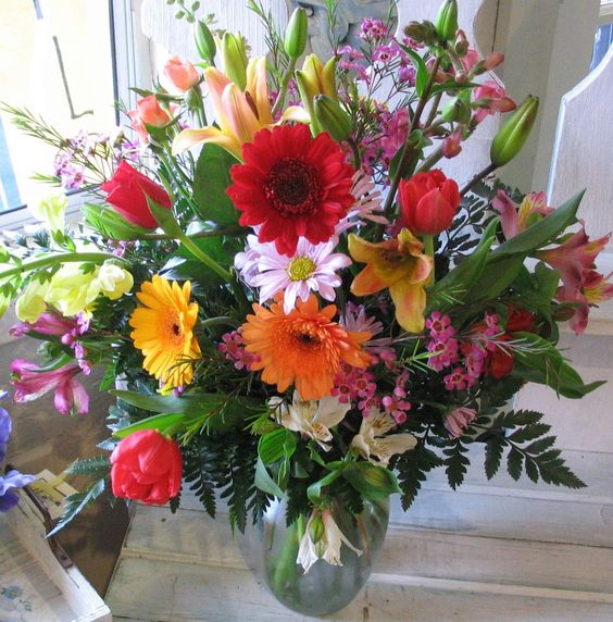 Different colored flower arrangements with pretty vase for Different color roses bouquet