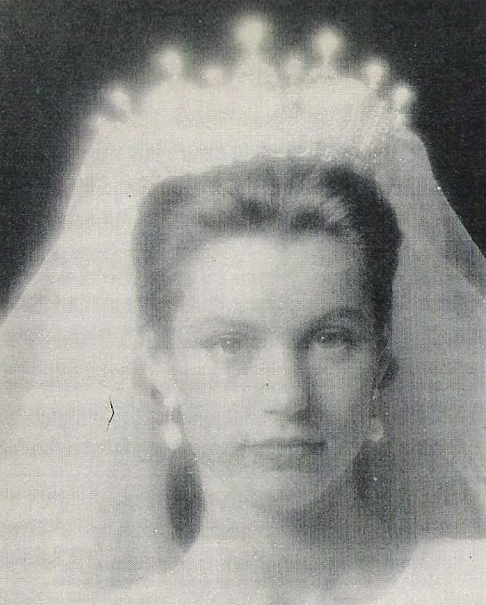 a very fuzzy image of a bride wearing the Ansorena tiara from the previous pin