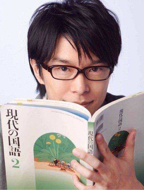 インテリ風な眼鏡をかけた長谷川博己