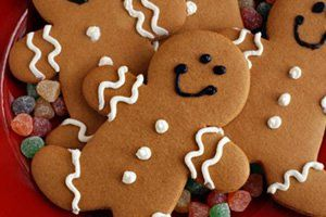 Existem latas muito bonitas no mercado que podem ser um bom presente de Natal.   As latas podem ser colecionáveis e os biscoitos são uma delícia.   Além disso, você ainda pode fazer os biscoitos e apenas comprar uma lata ou pote bonito para embalá-los.