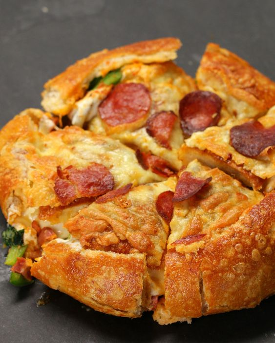 INGREDIENTS Makes 1 1 bread boule 1 cup marinara sauce 8 oz fresh mozzarella 6 oz pepperoni ½ onion, sliced ½ cup basil 1 cup cooked sausage 1 green bell pepper, sliced 1 cup white cheddar, shredded PREPARATION Preheat oven to 350°F.