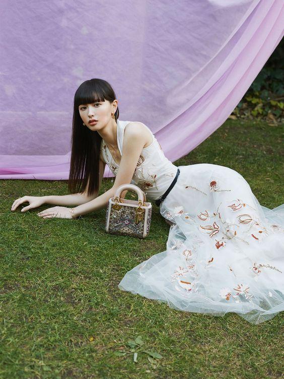 チュールのきれいなドレスを着ている鈴木えみ