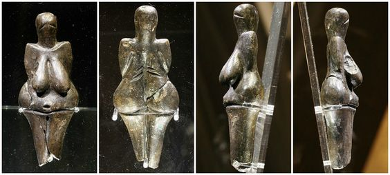Venere di Dolní Věstonice; 27.000 - 31.000; ritrovato a Moravia. Statuetta in ceramica a tutto tondo. 111 mm di altezza e 43 di larghezza. Nonostante la sua piccola misura rimane un capolavoro. Mi chiedo perchè nel Paleolitico la bellezza delle donne stava nelle sue (eccessive) curve e ora non più? perchè non si hanno veneri con un fisico da invidiare? non c'erano donne minute? non piacevano? non simboleggiavano fertilità? e perchè ora su una copertina non vedresti mai una donna robusta?