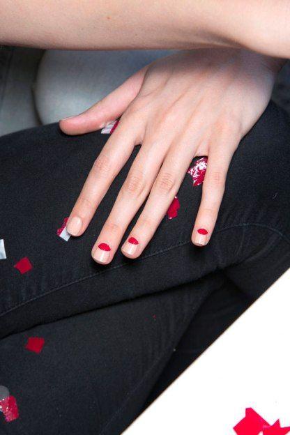 Nail-art meia-lua vermelha