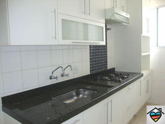 Cozinha planejada com depurador e fogão cooktop contato@queroumcanto