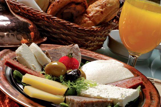 """La colazione turca prevede pomodori, olive, cetrioli e uova. A questi possono essere affiancati anche """"sujuk"""" (salsiccia turca speziata) e """"kaymak"""" (panna rappresa). http://it.hostelbookers.com/colazioni-nel-mondo/"""