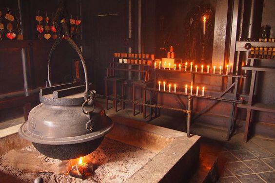1200年以上燃え続ける奇跡の炎!! 縁起よい恋人の聖地が自慢