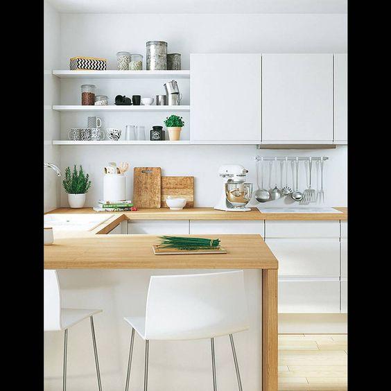 Mixez étagères et placards pour varier les rangements Une cuisine