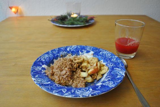 Auch die kleine Nixe setzt auf Porridge zum Frühstück: Haferflocken-Hirse-Brei mit Walnüssen, Kakao und Obst und ein Glas Blutorangensaft.