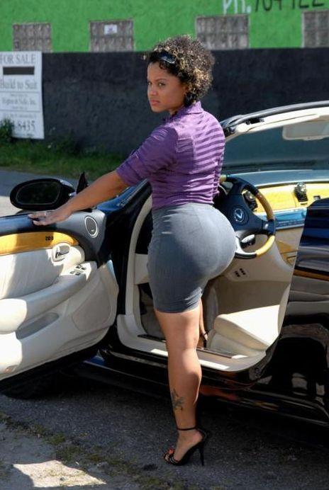 Que Morenita Rica...! #nalgas #falda  biggerbuttshop.com
