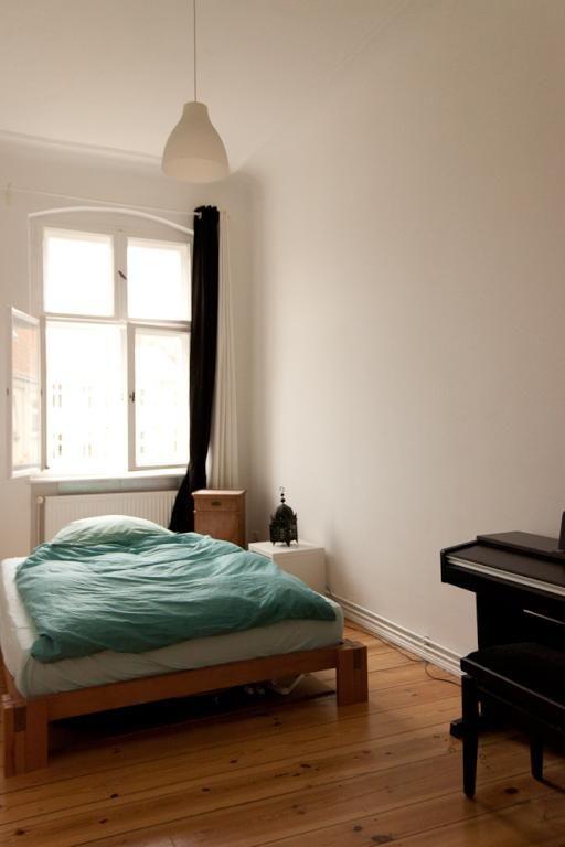 Minimalistische WG-Zimmer-Idee mit Bett, großem Fenster und