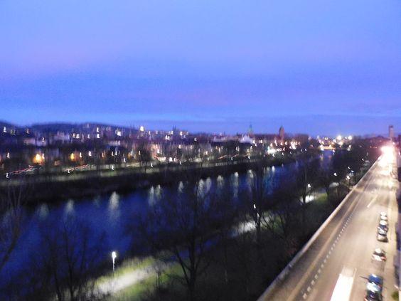 Langsam wird der Himmel immer heller, der Fluss wird dunkelblau, die Lichter der Nacht spiegeln sich noch im Wasser und in der Landschaft, um diese Art von Farben zu sehen ist mir keine Stunde zu früh ... Die Farben sind einfach überirdisch, märchenhaft und idyllisch. Jeder Tag beginnt auf diese Weise ...