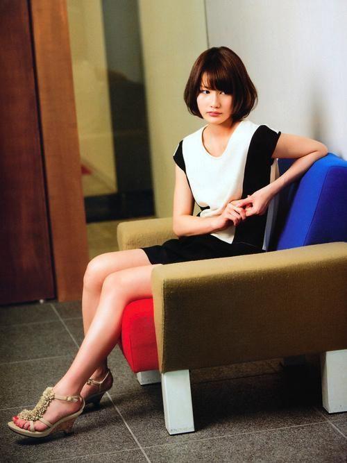 椅子に座っている橋本愛