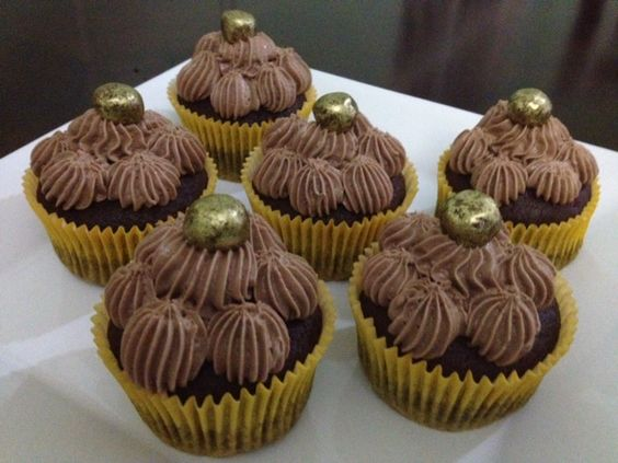 CUPCAKE COM MOUSSE DE CHOCOLATE