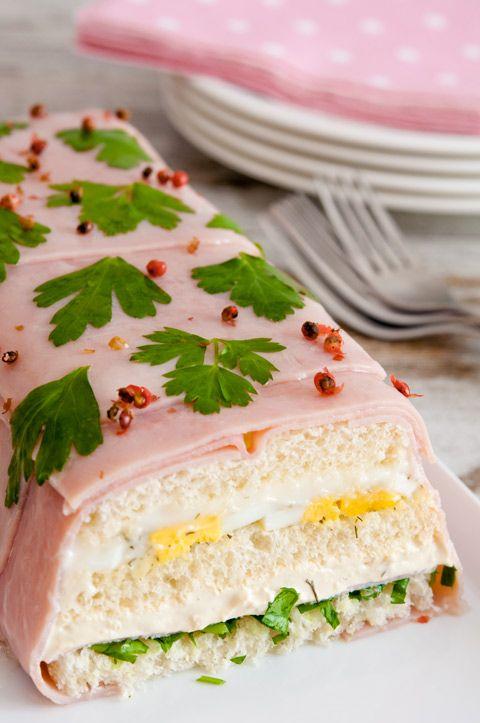 PASTEL DE PAN DE MOLDE    6 rebanadas de pan de molde  14 lonchas de jamón cocido (tamaño sándwich)  3 cucharadas de mayonesa  3 huevos duros  Eneldo  1 tarrina de queso de untar a las finas hierbas  1 puñado de perejil  3 hojas de gelatina