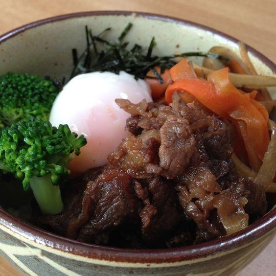 牛肉とごぼうと人参の甘辛煮丼〜温泉たまご添え