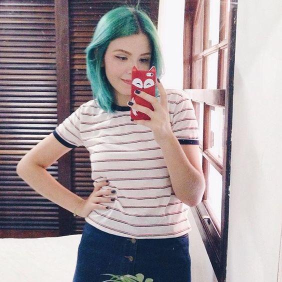 Quem já foi lá no blog e no canal assistir o vídeo sobre como eu pintei meu cabelo de verde? {link no perfil} ✨ #greenhair #omundodejess #ootd