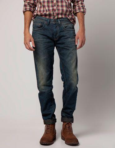 Me gusta losjeans. Yo llevo los jeans con la camiseta y los rojos zapatos. los jeans se llaman Bershka Colombia - Jeans slim desgastados. Los jeans cuestan 149,00 M.COP y 1157.8745 US dólares