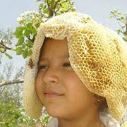 Niña con cera de abeja